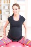 Donna incinta che si esercita a casa Fotografia Stock Libera da Diritti