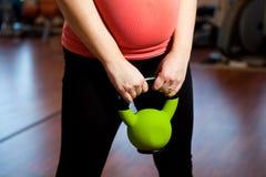 Donna incinta che si esercita con un kettlebell Immagine Stock Libera da Diritti