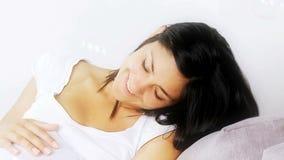 Donna incinta circondata dalle bolle di sapone stock footage
