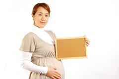 Donna incinta con il board  di massaggio Fotografie Stock Libere da Diritti