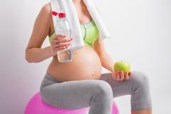 Donna incinta con il corredo di allenamento Immagini Stock Libere da Diritti