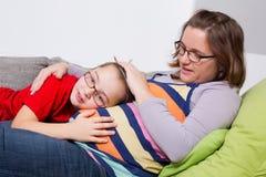 Donna incinta con il suo figlio Fotografie Stock