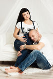 Donna incinta con il suo marito amoroso in un'anticipazione felice Fotografia Stock Libera da Diritti