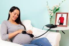 Donna incinta con il telefono che comunica con Daddy fotografie stock