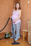 Donna incinta con l'aspirapolvere Fotografia Stock Libera da Diritti