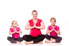 Donna incinta con l'esercitazione dei bambini isolata immagine stock libera da diritti