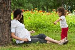 Donna incinta con la neonata Fotografia Stock