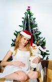 Donna incinta con un coniglio (simbolo 2011) Immagini Stock
