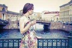 Donna incinta con un dente di leone Fotografie Stock