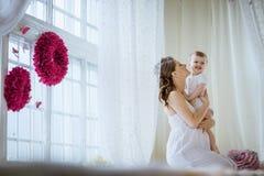 Donna incinta con un neonato Fotografia Stock Libera da Diritti