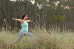 Donna incinta di forma fisica che fa esercizio di yoga all'aperto Fotografia Stock Libera da Diritti