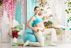 Donna incinta durante l'allenamento Immagine Stock