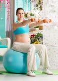 Donna incinta durante l'allenamento Immagine Stock Libera da Diritti