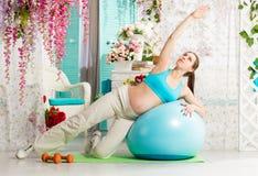Donna incinta durante l'allenamento Fotografia Stock