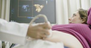 Donna incinta durante la ricerca di ultrasuono del bambino archivi video
