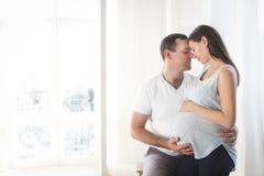 Donna incinta e giovane insieme all'interno Immagini Stock Libere da Diritti
