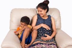 Donna incinta ed il suo figlio Fotografia Stock