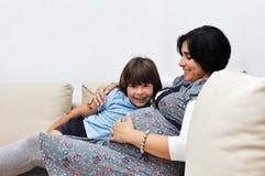 Donna incinta ed il suo giovane figlio Fotografia Stock