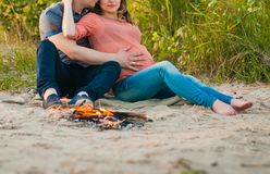 Donna incinta ed il suo marito Immagini Stock
