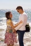 Donna incinta ed il suo marito sui precedenti o fotografie stock