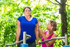 Donna incinta ed obesa durante l'allenamento Fotografie Stock