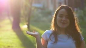 Donna incinta farfalla della tenuta da 9 mesi stock footage