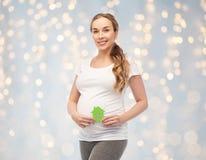 Donna incinta felice con la serra Immagine Stock