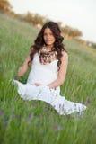 Donna incinta felice e rilassata Fotografia Stock
