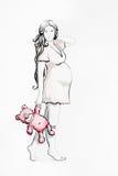 Donna incinta graziosa con un orso di orsacchiotto dentellare Fotografia Stock Libera da Diritti