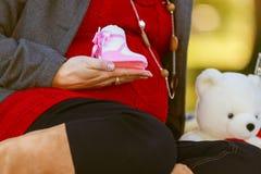 Donna incinta graziosa nella posa rossa nel parco verde Giovane donna 15 Fotografie Stock