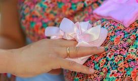Donna incinta graziosa nella posa rossa nel parco verde Giovane donna 15 Fotografie Stock Libere da Diritti