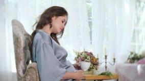 Donna incinta incantante con la tazza di tè video d archivio