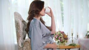 Donna incinta incantante con la tazza di tè stock footage