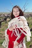 Donna incinta nel colore rosso all'aperto Immagine Stock