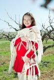 Donna incinta nel colore rosso all'aperto Fotografia Stock