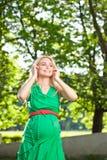 Donna incinta nel parco Fotografia Stock Libera da Diritti