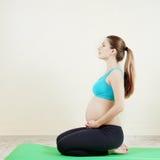 Donna incinta nell'azione Immagini Stock Libere da Diritti