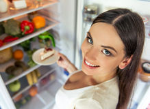 Donna incinta nella cucina Fotografia Stock Libera da Diritti