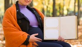 Donna incinta nella sosta di autunno Fotografia Stock Libera da Diritti