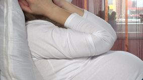 Donna incinta sollecitata che grida sul letto Problemi femminili, donna triste e depressa archivi video