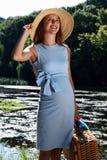 Donna incinta sul fiume Fotografia Stock