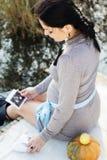 Donna incinta sulla natura, tempo di autunno Fotografie Stock