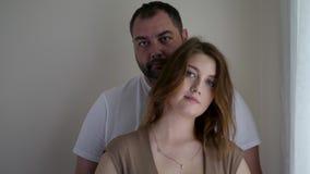 Donna incinta in un vestito marrone e nel suo marito in una maglietta bianca video d archivio