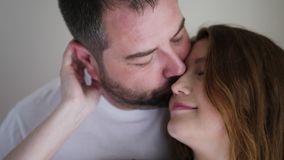 Donna incinta in un vestito marrone e nel suo marito in una maglietta bianca archivi video