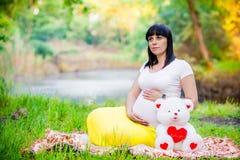 Donna incinta vicino al lago Immagine Stock Libera da Diritti