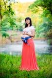 Donna incinta vicino al lago Immagini Stock