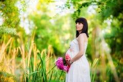 Donna incinta vicino al lago Fotografia Stock Libera da Diritti