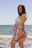 Donna incinta vicino al mare ed al sorriso Immagine Stock