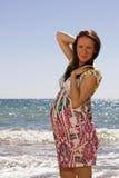 Donna incinta vicino al mare ed al sorriso fotografie stock