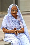Donna indiana anziana Fotografare il 25 ottobre 2015 a Ahmedabad, l'India Fotografia Stock